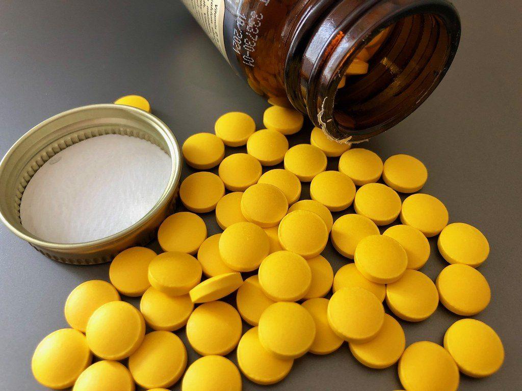 In de afbeeldingen zien we een potje met vitaminepillen die omgevallen is.